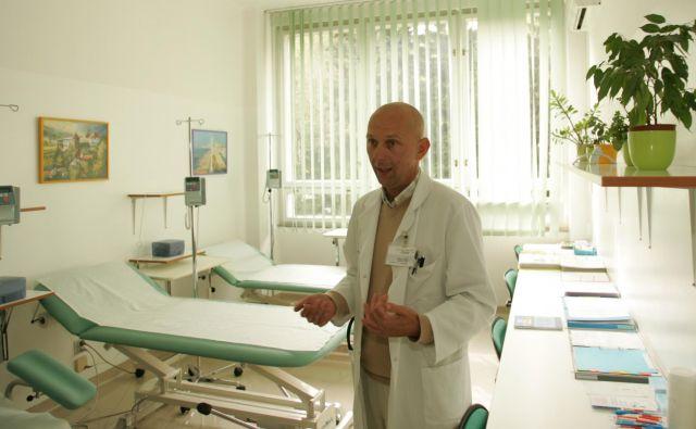 Matija Tomšič, predstojnik KO za revmatologijo, ki deluje v Bolnici dr. Petra Držaja, namerava s kolegi zaradi hude prostorske stiske odstopiti z vodilnega položaja. FOTO: Aleš Černivec/Delo