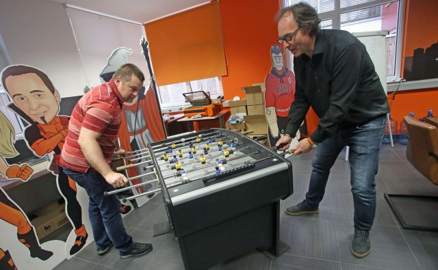 Alen Šalamun in Renato Uhl (desno), solastnika podjetja Real Security, to vodita povsem sproščeno, če jim je tako všeč, igrajo rock ali namizni nogomet. Foto Tadej Regent