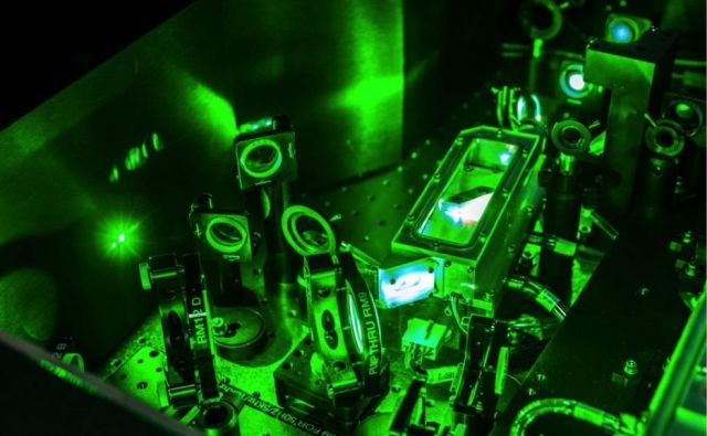 Visokoenergijski sunkovni laser se uporablja za pripravo gruč elektronov, ki nato v laserju na proste elektrone proizvajajo koherentne sunke rentgenske svetlobe. FOTO: CasarsaGuru