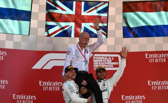 Valtteri Bottas (levo) in Lewis Hamilton sta po dvojni zmagi v Barceloni dvignila dolgoletnega Mercedesovega prvega moža Dietra Zetscheja. FOTO: AFP