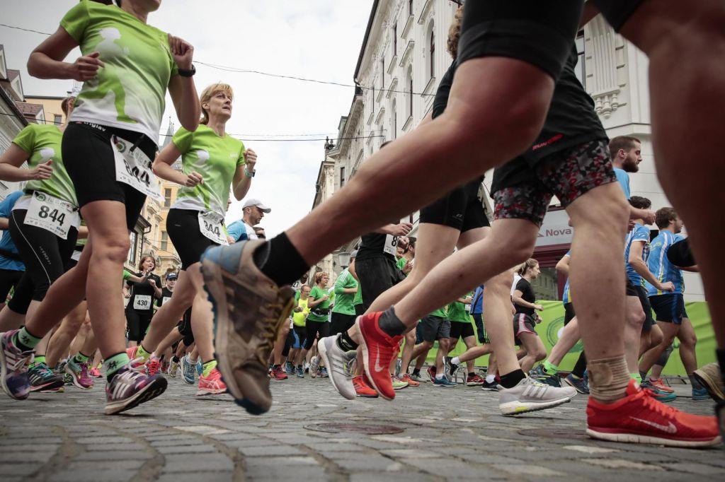 FOTO:Tekaške trojke zavzele Ljubljano, le zmagovalna pod dvema urama
