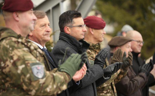 Karl Erjavec in Marjan Šarec v družbi vojakov. FOTO: Jure Eržen
