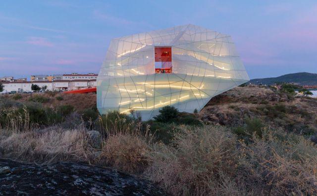 Kongresni center španskega biroja selgascano je videti kot neobičajen vesoljski objekt v kamniti pokrajini. FOTO: Iwan Baan