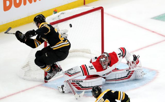 Boston Bruins so še drugič zapored premagali Carolino Hurricanes. FOTO: AFP