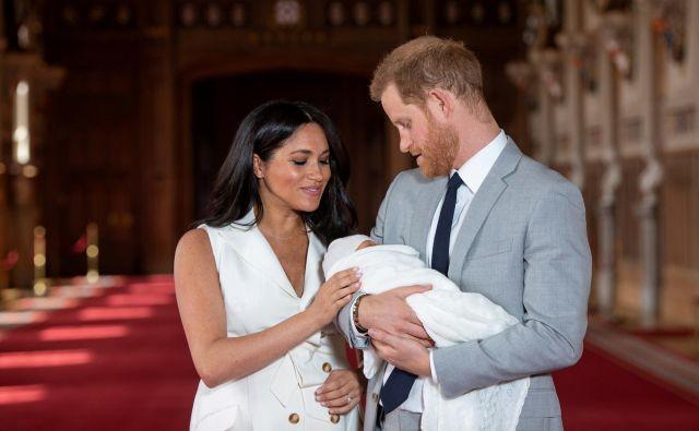 Britanski princ Harry in njegova žena Meghan s prvorojencem, ki sta ga poimenovala Archi. FOTO: Reuters