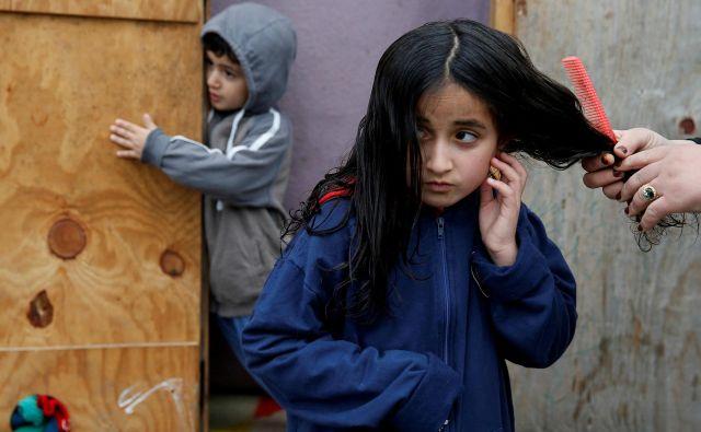 Med sodobnimi begunci je veliko otrok in besede avtorice vsekakor veljajo tudi danes: »Ko begunec zapusti domačo zemljo, naloži svojemu nadaljnjemu življenju bolečino. Običajno ji pravimo domotožje, temu pa lahko pridamo še latenten občutek osamljenosti in izkoreninjenosti.« Foto Reuters