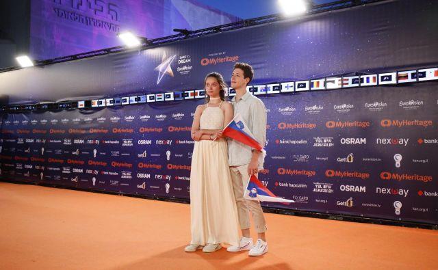 Slovenska predstavnika na oranžni preprogi na trgu Habima na uradnem odprtju<em> </em>Evrovizije<em>.</em> Voditelj Lion Rosenberger ju je vprašal, ali sta par, na kar mu je Zala v šali odgovorila, da »sta samo prijatelja«. FOTO: Andres Putting/ Evrovizija