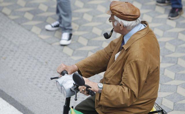Po 65. letu starosti se občutno poslabša odzivnost izvajalca dela in bistveno upade prilagodljivost delovnim razmeram. Foto Leon Vidic