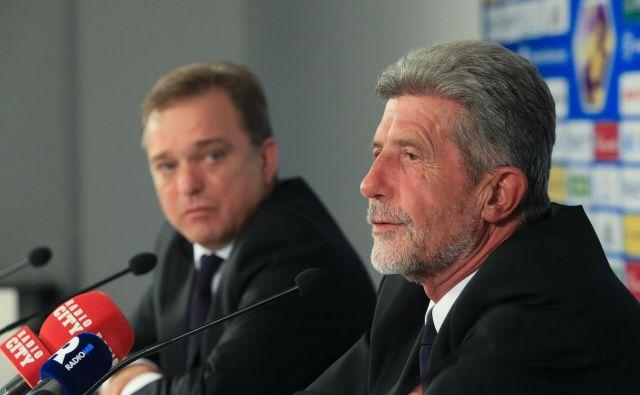 Predsednik NK Maribor Drago Cotar (desno) in direktor Bojan Ban sta na novinarski konferenci ošvrknila neodgovorna dejanja dela navijačev. FOTO: Tadej Regent/Delo
