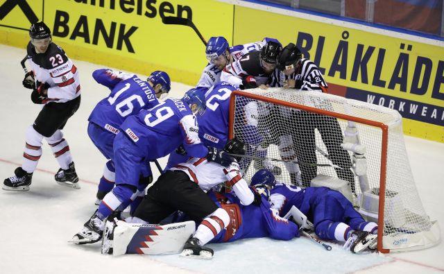 Na tekmi med Slovaško in Kanado se je pošteno iskrilo. FOTO: Reuters