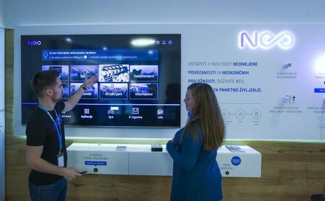 Pametne pisarne je mogoče preizkusiti v tako imenovanih demo kotičkih v Telekomovih centrih, kjer lahko vsakdo testira vse novosti. FOTO: Jože Suhadolnik/Delo