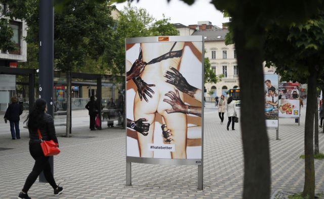 Katarina Stegnar se s plakati, označenimi s <em>#hatebetter</em>, na devetnajstih mestih v središču Ljubljane loteva sovražnega govora. FOTO: Leon Vidic/Delo