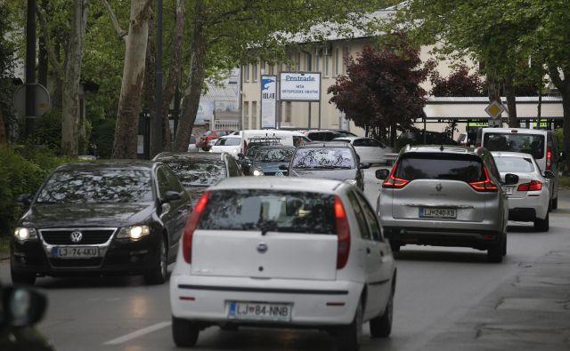 Na odseku med ulico Bežigrad in Parmovo je največ prometa v jutranjih in popoldanskih konicah. FOTO: Blaž Samec/Delo