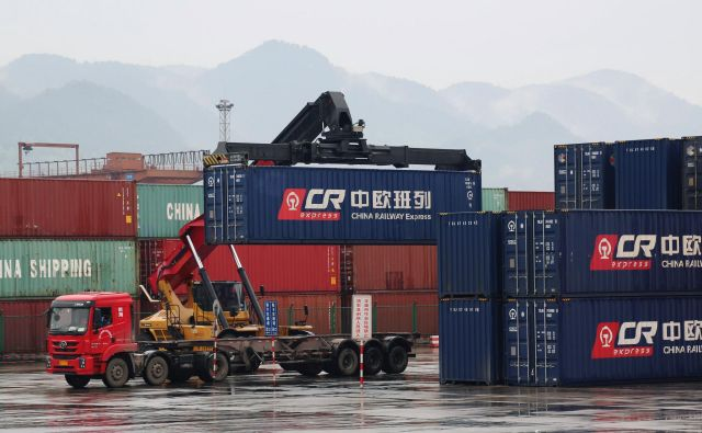 Kitajska pobuda <em>en pas, ena cesta</em> stavi tudi na krepitev kopenskih povezav. Na fotografiji je železniški kontejnerski terminal v mestu Chongqing, od koder vozijo vlaki v Duisburg v Nemčiji. Foto Reuters