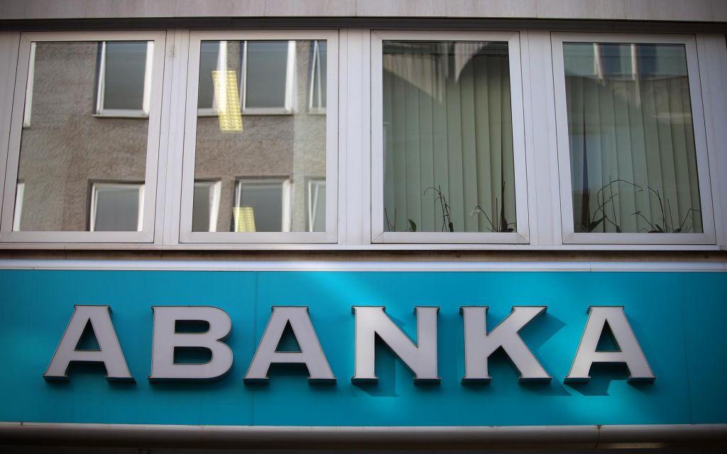 Država tik pred prodajo Abanke razdelila dobiček