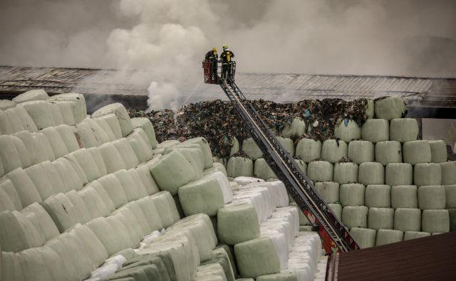 Požar deponije odpadkov, ki jih tudi ločujemo, v Suhadolah pri Komendi. FOTO: Voranc Vogel/Delo