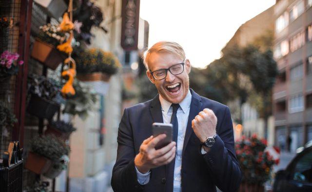 Za potrošnike od danes veljajo cenejše tarife za klice v tujino. Foto: Pexels