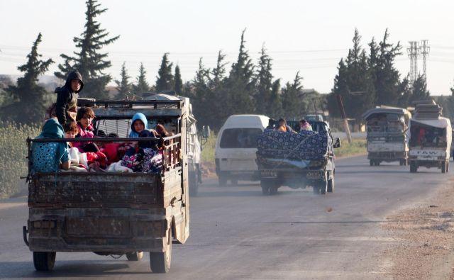 Prebivalci Idliba se poskušajo izogniti novi ofenzivi sirskih vladnih sil, a njihove možnosti za beg so omejene. FOTO: AFP