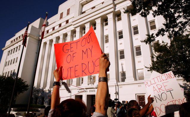 ▲V Alabami bo najbrž kmalu začel veljati najbolj restriktiven zakon proti abortusu v Združenih državah. Mater ne bodo kazensko preganjali, zdravniku, ki bo zgolj poskusil narediti abortus, bo grozilo do 10 let zapora, tistemu, ki ga bo izvedel, pa tudi 99 let. FOTO: Reuters