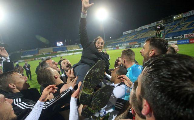 Darko Milanič se je znašel na rokah igralcev Maribora. FOTO: Tadej Regent/Delo