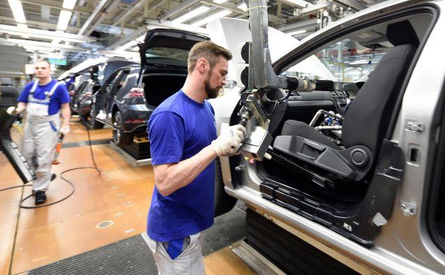 Zaposleni v nemški avtomobilski industriji se vse bolj bojijo izgube delovnih mest zaradi pohoda električnih avtomobilov, zato pričakujejo finančno pomoč države. FOTO: Reuters