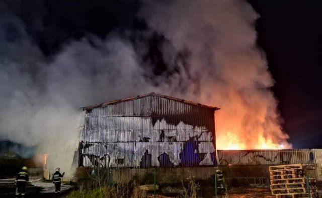 Požar v sortirnici odpadkov podjetja Salomon v Lenartu. FOTO: PGD Benedikt