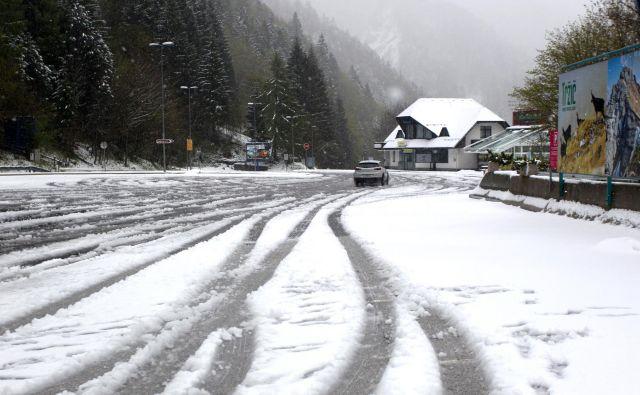Še včeraj je snežilo na Ljubelju, zdaj vendarle kaže, da se bo otoplilo. FOTO: Roman Šipić/Delo