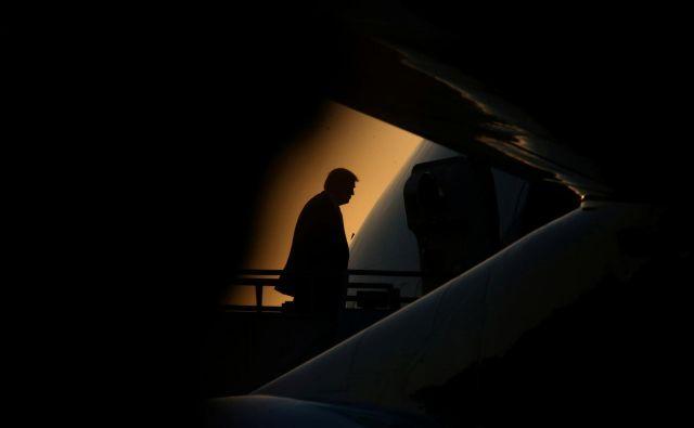 Ameriški predsednik vstopa v predsedniško letalo Air Force One po končanem obisku v New Orleansu. Foto Leah Millis Reuters