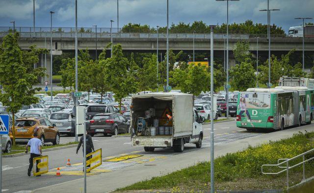 Parkirišče P+R na Dolgem mostu je med tednom polno zasedeno, pa tudi konec tedna je težko najti prosto parkirno mesto. FOTO: Jože Suhadolnik