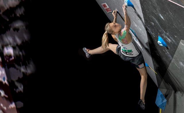 Športna plezalka Janja Garnbret v steni deluje kot pajek, ki ga nič ne more odgnati z nje. FOTO: Luka Fonda/PZS