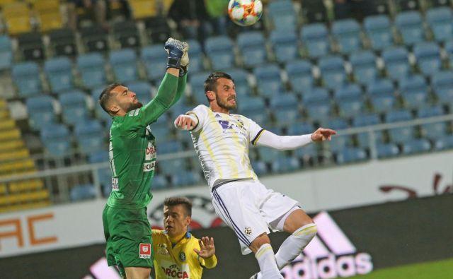 Mariborski branilec Sa�ša Ivković je imel v mladih Celjanih (vratarju Metod Jurharju, Janezu Pišku) neugodne tekmece, ki so klonili šele v finšu. FOTO: Tadej Regent/Delo
