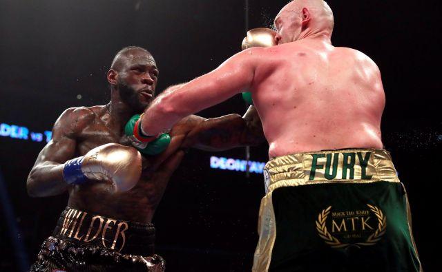 Deontay Wilder (levo) se je decembra lani v spektakularnem obračunu s Tysonom Furyjem razšel z neodločenim izidom. FOTO: Reuters