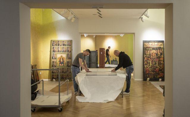 Postavljanje razstave ikon v Mestnem muzeju Ljubljana.FOTO: Voranc Vogel/Delo