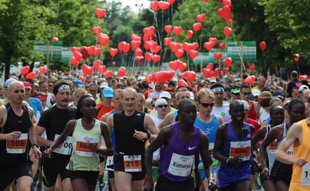 Gneča na startu Maratona treh src leta 2017. FOTO: Jože /Delo
