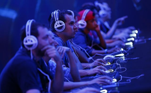 Zasvojenost z videoigrami pa je diagnosticirana, ko zasvojenost traja eno leto in znatno negativno vpliva na zmožnost delovanja posameznika v šoli, na delu ali z družino in prijatelji. FOTO: Kai Pfaffenbach/Reuters