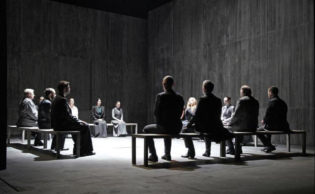 Priča smo mračni, intenzivni, »gotski« atmosferi in realnemu suspenzu, ki ga v gledališkem mediju nismo več vajeni. Foto Damijan Švarc
