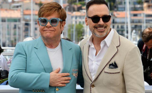 Britanski pevec Elton John in njegov mož kanadski filmski ustvarjalec David Furnish pozirata med predstavitvijo filma Rocketman na 72. filmskem festivalu v Cannesu. Foto Alberto Pizzoli Afp