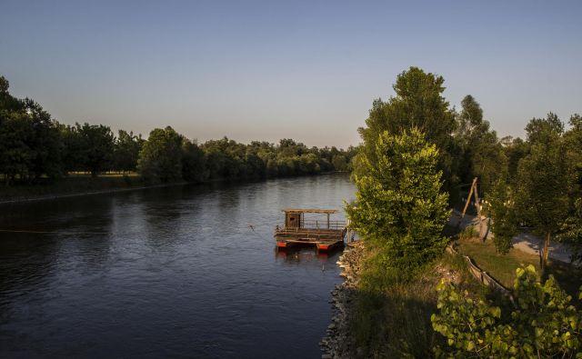 Za Muro značilni plavajoči mlini v nasprotju s hidroelektrarnami, regulacijo in gradnjo jezov niso v ničemer spreminjali vodnega režima reke. Foto Voranc Vogel