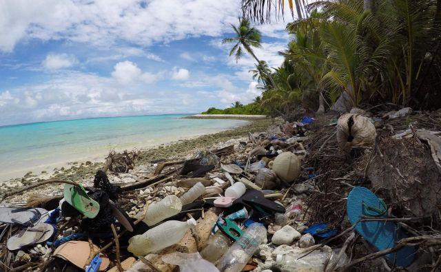 Raj z napako, ki smo jo naredili ljudje. Jo bomo sposobni popraviti? V študiji opozarjajo, da morda zelo pocenjujemo, koliko plastike se pravzaprav nabira na obalah odročnih otokov. FOTO: Silke Struckenbrock/ UNIVERSITY OF TASMANIA/AFP