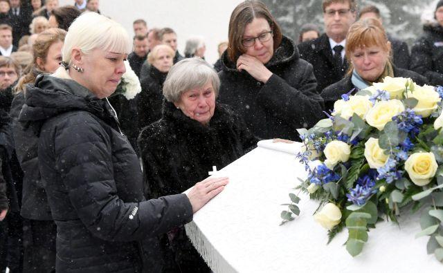 Od Mattija Nykänena so se poslovili na pogrebu 2. marca v Jyväskyläju. Na fotografiji njegova žena Pia, mati Vieno ter sestri Päivi in Tuija. FOTO: Reuters