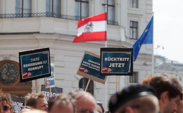 Včeraj se je pred kanclersko palačo zbralo na tisoče protestnikov, ki so zahtevali, da svoj del odgovornosti prevzame tudi kancler Kurz. FOTO: Alex Halada/Afp