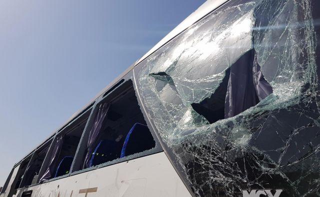 Razbito steklo napadenega avtobusa. FOTO: Ahmed Fahmy Reuters