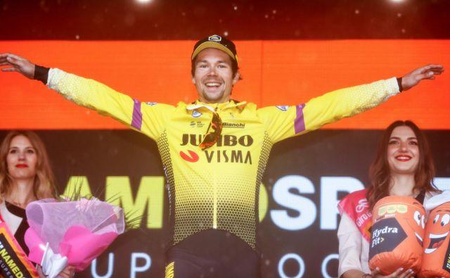 Primož Roglič je na odru za zmagovalce spet doskočil v telemark. FOTO: Luk Benies/AFP