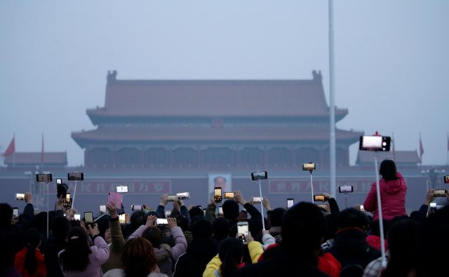 Roman<em> </em><em>Pekinška koma</em> prikazuje, kako se glavni junak onesvesti na političnem trgu, nato pa se čez deset let prebudi na skomercializiranem trgu. FOTO: Reuters