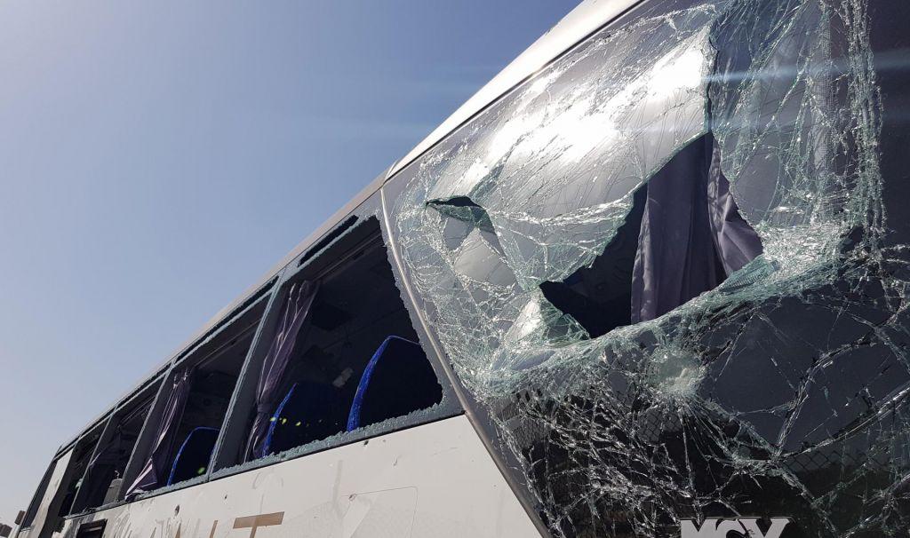 FOTO:Ob turističnem avtobusu v Egiptu odjeknila ekplozija