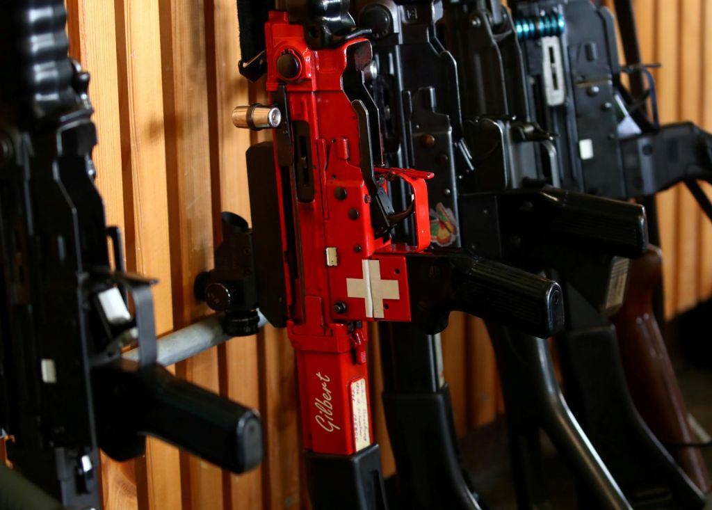 Švicarji podprli zaostritev orožarske zakonodaje