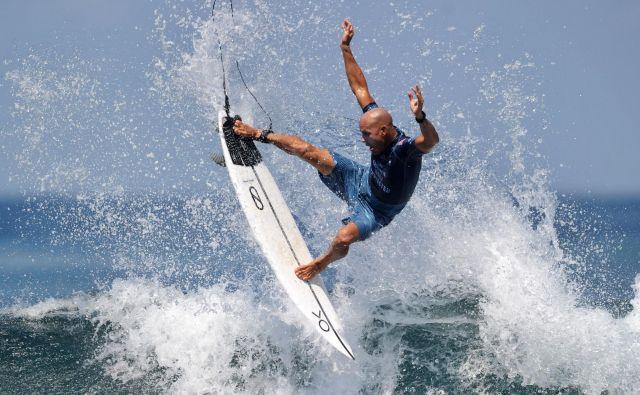Nastop Američana Kellyja Slaterja na tekmi v okviru svetovne surferske lige na indonezijskem otoku Bali. FOTO: Sonny Tumbelaka/AFP