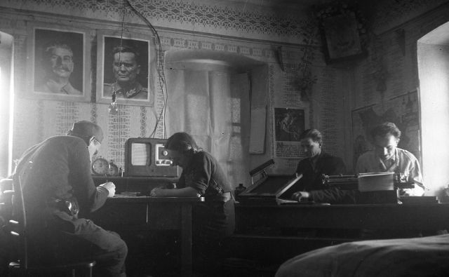Sprejemanje radijskih poročil v okrožni tehniki v Beli krajini januarja 1945 Foto Edi Šelhaus