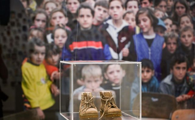 V Prištini so dan pred lokalnimi volitvami odprli razstavo v spomin na več kot tisoč otrok, ki so bili ubiti med kosovsko vojno. FOTO: Armend Nimani/AFP