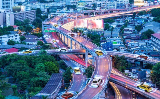 Najaktualnejša so vprašanja, kako narediti mesto pametno ne samo z vidika tehničnih zmožnosti, ampak tudi tako, da bo ponujena tehnologija narejena za končne uporabnike. FOTO: Shutterstock